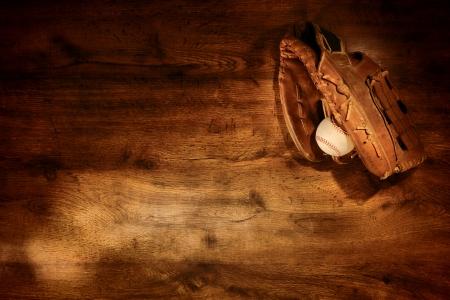 guante beisbol: Vieja pelota de b�isbol usa guante de cuero y se utiliza en el fondo nost�lgico deporte Americana tabl�n de madera