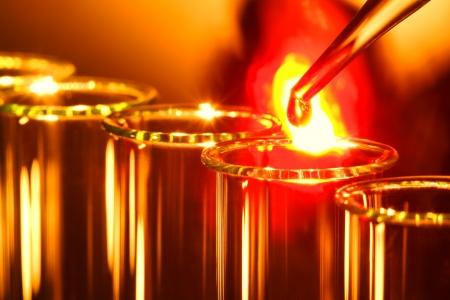 熱い溶解液体を燃焼のドロップで研究室のピペット 写真素材