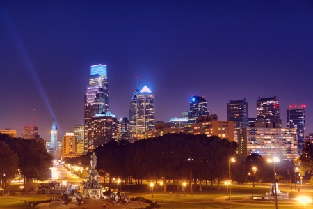필라델피아: 밤에 어두운 후 펜실베니아에있는 벤자민 프랭클린 파크 웨이에서 Eakins 타원형의 스카이 라인을 구축 다운타운 필라델피아 관광 도시의 고층 빌딩