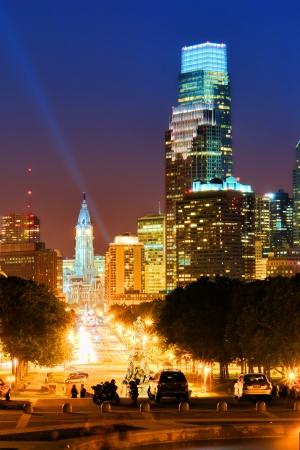 필라델피아: 미술관에서 벤자민 프랭클린 파크 웨이의 끝에서 시청 및 컴캐스트 건물 마천루와 펜실베니아에있는 시내 필라델피아 관광 도시 스카이 라인 밤 단계