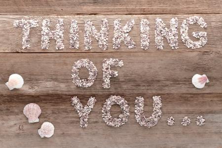 Die Liebe und Gefühle Satz Denken Sie Wörter in kleinen Kieselsteinen Briefe als eine Nachricht auf alten Alters geschrieben verwitterten Holzbohlen Hintergrund Standard-Bild - 15012628
