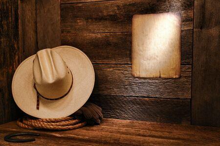 rodeo americano: American West rodeo vaquero sombrero de paja blanca y lazo aut�ntico cuerda occidental resistido en piso de madera en un granero viejo rancho con un preaviso de edad antiguo cartel en la pared
