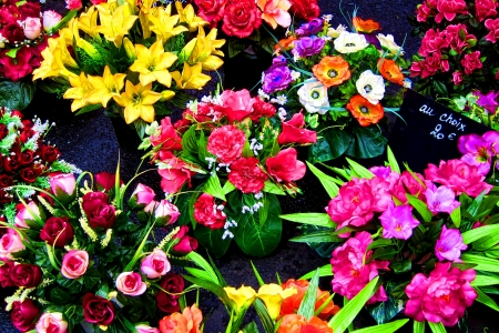 hues: Bright and beautiful cut fresh flowers with colorful hues for sale with choice offering sign in French at a traditional outdoor farmer market