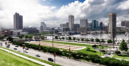 wysypka: Maryland Baltimore Inner Harbor i biznesowej dzielnicy w centrum skyline cityscape panoramiczny widok z Centrum Nauki i marina na Polu Rash z Federal Hill Park wychodzÄ… Zdjęcie Seryjne