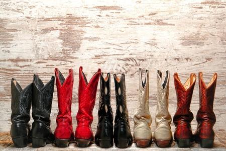 country: Amerikaanse Westen Legend cowgirl leren laarzen achterste hak uitzicht in rechte westelijke lijn over oude houten planken in een land dance hall