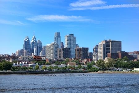 필라델피아: 아파트와 사무실 건물 시내 필라델피아 아름다운 도시는 펜실베니아에서 델라웨어 강에 마천루 타워 앞의 스카이 라인