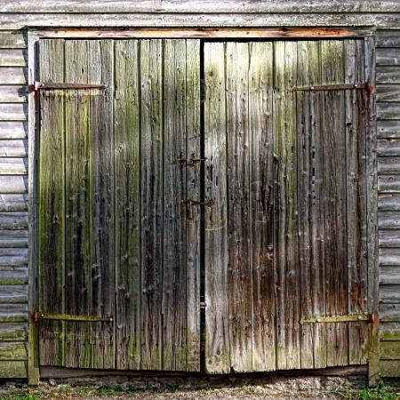 barnwood: Puerta antigua y degradado granero de madera Foto de archivo