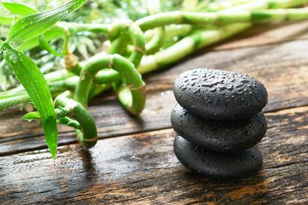 선 (禅) 스타일 물 방울과 물방울 흠뻑 젖은 검은 부드러운 광택 뜨거운 돌 마사지