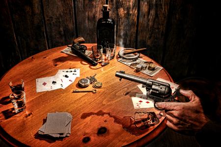 Ouest américain Légende joueur armé bandit tenant un pistolet revolver dans sa main Banque d'images - 25868536