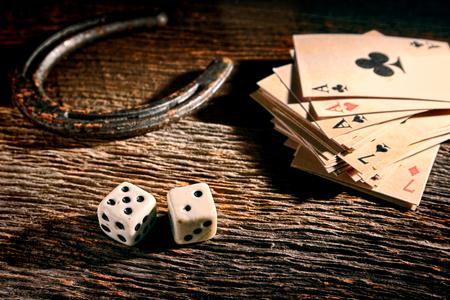 American West Legend geluk antieke craps spel dobbelstenen rollen uit Stockfoto - 25849578