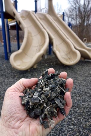 paillis: R�p� et couper des morceaux de recycl� utilis� automobile pneu de caoutchouc granulaire r�utilis�e rez de chauss�e de remplissage compos� de paillis de surface molle sur les enfants amusement aire de jeux pour la s�curit� et la pr�vention des blessures