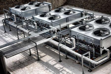 rooftop: Commerciële koeling HVAC airco compressor ventilatorunits batterij gelegen in een groot commercieel gebouw op het dak voor klimaatbeheersing en koeling temperatuur AC-systeem Stockfoto