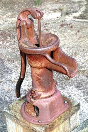 bomba de agua: Reproducción de estilo antiguo oxidado dispositivo de bombeo de pozos de agua manual con manivela Foto de archivo