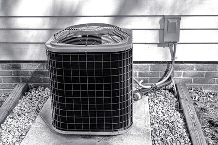 aire acondicionado: Acondicionador de aire de refrigeraci�n del intercambiador de CA ventilador y el compresor de la unidad HVAC aire libre fuera de una casa para un sistema de acondicionamiento de refrigeraci�n de climatizaci�n fr�o eficiente de la energ�a Foto de archivo