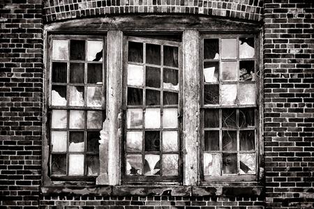 行方不明のガラス ウィンドウや古い放棄された産業倉庫を枯遺棄された工場建物に旧式な煉瓦壁と壊れた窓 写真素材