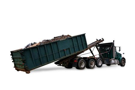 Roll off nutsvrachtwagen laden van een vuilnis vuilnisbak open top container vol bouw afval voor de verwijdering van afvalstoffen vervoeren en recycling geïsoleerd op wit