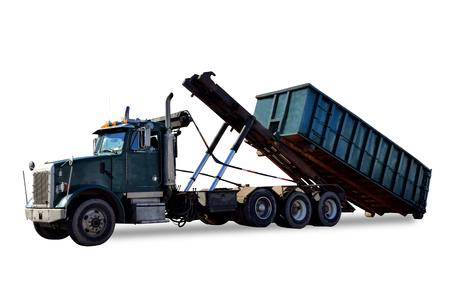 Roll off nutsvrachtwagen lossen van een lege afval afvalcontainer top container te openen voor de bouw afval vervoeren en recycling geïsoleerd op wit