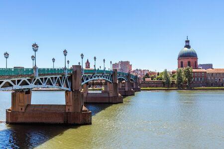 The Saint-Pierre bridge and Dome de la Grave in Toulouse, France Stock Photo