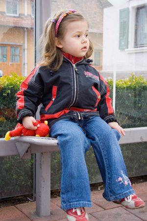 bus stop: foto de una ni�a en espera de un autob�s