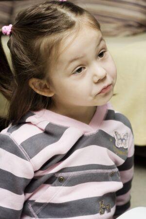making faces: un ritratto della ragazza piccola che fa le facce