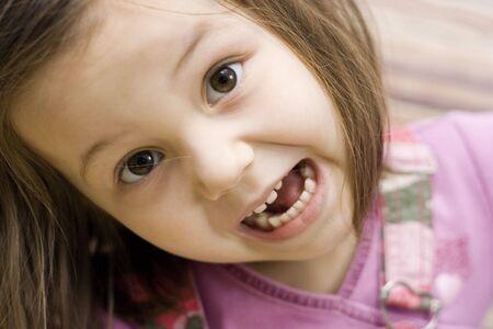 making faces: un ritratto della bambina che deve affrontare  Archivio Fotografico
