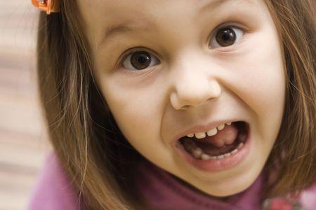 making faces: un ritratto di bambina che si affaccia  Archivio Fotografico