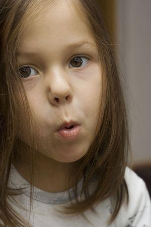 making faces: ritratto di una bambina che si affaccia