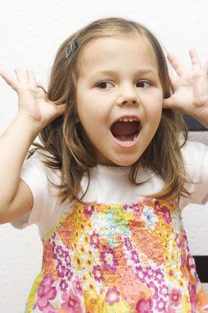 making faces: Ritratto di bambina che deve affrontare. isolato su bianco  Archivio Fotografico