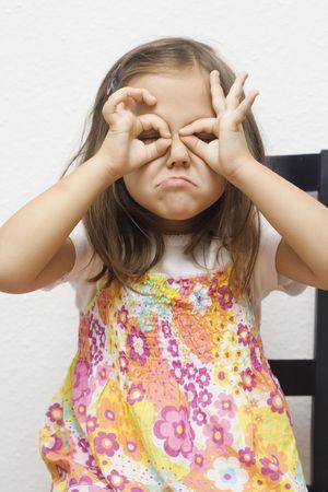 making faces: ritratto di bambina che deve affrontare. isolati su bianco