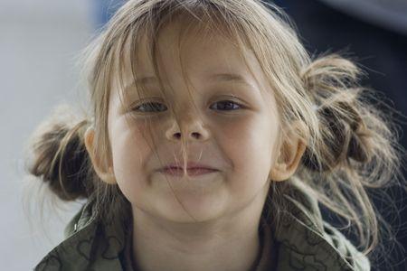 making faces: ritratto di una bambina che si affaccia con focacce