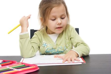 bambini pensierosi: cute bambina disegno su una foto in bianco