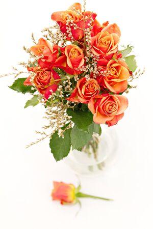 rosas naranjas: manojo de rosas naranjas aislados en blanco