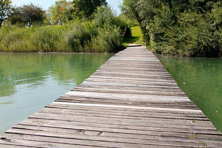 vlonder: weer geven op het meer op zonnige dag  Stockfoto
