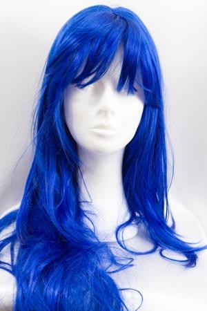 una peluca divertida azul en un maniquí