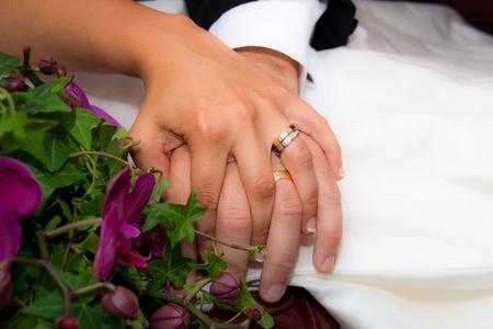 to wed: Coppia di sposi si tengono per mano