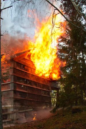 incendio casa: Casa en el fuego, a dos aguas envuelto en llamas Foto de archivo