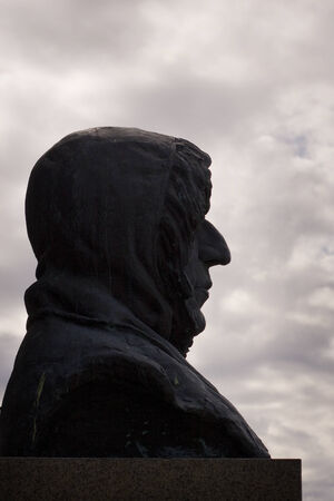 discoverer: Roald Amundsen, un monumento en Troms�, Noruega Foto de archivo