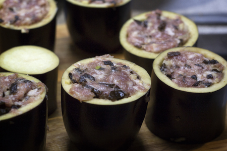 The process of preparation of stuffed eggplant.