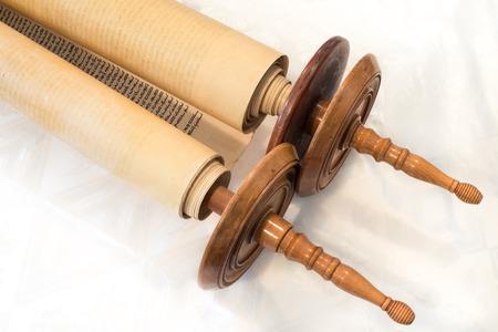 De Hebreeuwse handgeschreven Torah, op een synagoge te veranderen