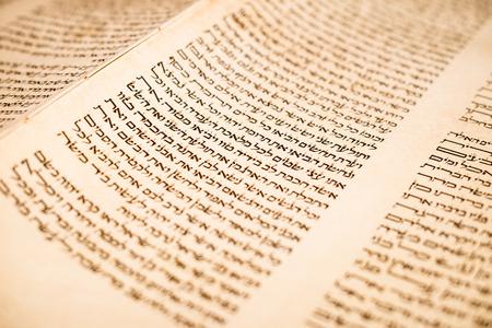Das hebräische handgeschriebenen Tora, auf eine Synagoge verändern, zu veranschaulichen jüdischen Feiertagen, während der Feste. Briefe von Schriften aus nächster Nähe.