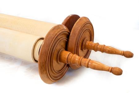 De Hebreeuwse handgeschreven Torah, op een synagoge te veranderen, ter illustratie van Joodse feestdagen, tijdens festivals. Gesloten uitvoering met houten grepen Stockfoto