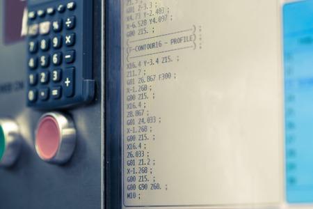 pult: Visualizzazione di macchina programmabile con il grande pulsante rosso. Fresatura e industria tornio. Tecnologia CNC. Metalcostruzioni. shallow DOF