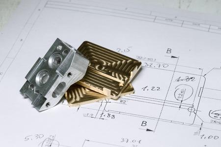 Pronto CNC dettagli in metallo oro e d'argento su disegno disegno tecnico con misure Archivio Fotografico