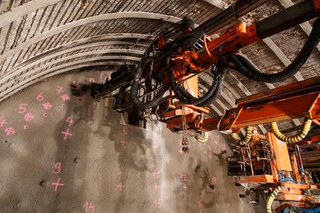 터널 건설을위한 피펫 그라우팅의 건설.