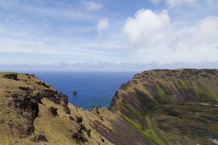 rapa nui: Fotografía del cráter del volcán Rano Kau en Rapa Nui, Isla de Pascua, Chile.