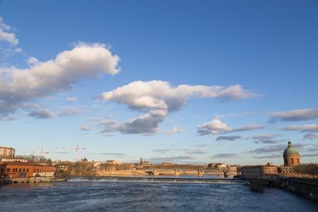 Mening over rivier de Garonne in Toulouse in Frankrijk met de dam en de koepel van de Grave ziekenhuis. Stockfoto