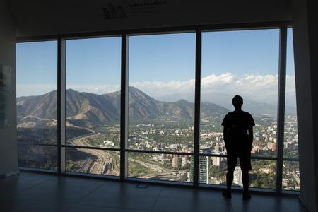 Silhouette of man enjoying view from Gran Torre Santiago in Santiago de Chile. Foto de archivo