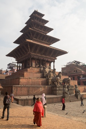 hinduist: Bhaktapur, Nepal - December 4, 2014: People in front of Nyatapola Pagoda on Taumadhi Square. Editorial