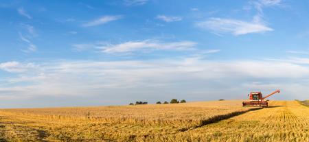 Ramlose, Dania - 24 sierpnia 2016: Panoramiczny widok kombajnu w pracy