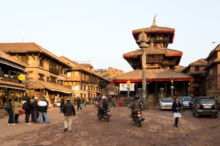 hinduist: Bhaktapur, Nepal - December 04, 2014: A busy market square with a tmeple in the city center Editorial